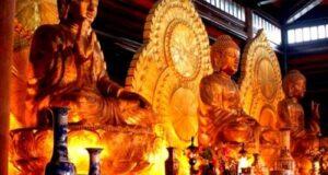 Ba pho tượng Tam Thế Phật (quá khứ, hiện tại, tương lai) trong điện Tam Thế tại chùa Bái Đính.