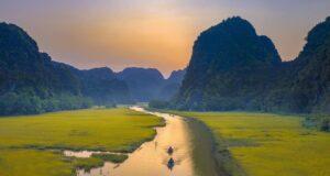 Tọa lạc tại xã Ninh Hải, huyện Hoa Lư, Ninh Bình, Tam Cốc những ngày cuối tháng 5 rực vàng bởi sắc màu của những cánh đồng lúa chín. Khoảng thời gian này, nơi đây cũng diễn ra Tuần du lịch Ninh Bình năm 2019 với chủ đề sắc vàng Tam Cốc - Tràng An, thu hút rất nhiều du khách ghé thăm.