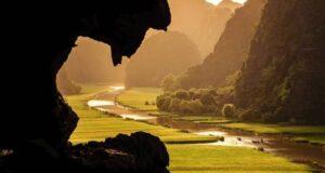 Chiều 26/2, đoàn làm phim Kong: Skull Island tới Ninh Bình và bắt đầu hai tuần làm việc tại đây từ 27/2 tới 15/3. Địa điểm quay đầu tiên của đoàn là danh thắng Tràng An, cách thành phố Ninh Bình 7 km theo hướng tây dọc đại lộ Tràng An và cách Hà Nội 96 km về hướng nam.