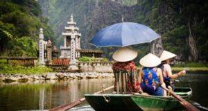 Cung đường dẫn vào thăm chùa Bái Đính. Ảnh: Otofun.net